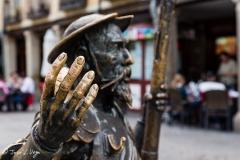 Escultura frente a la casa-museo natal de Cervantes en Alcalá de Henares, Madrid.